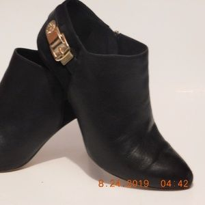 Vince Camuto Velino Size 7&1/2 M booties